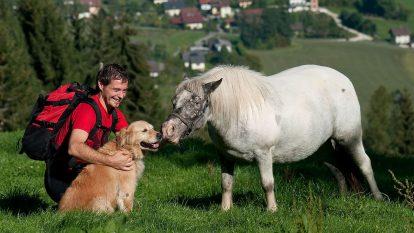 mann-hund-pferd-wandern