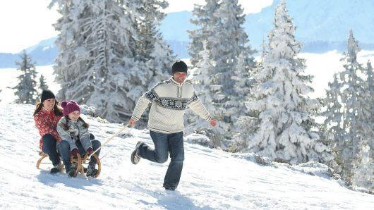 winter-schlitten-rodeln-familie